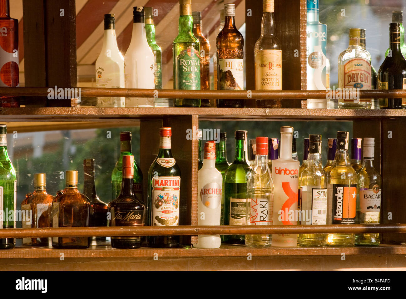Range Bouteille Bar Alcohol Bottles In A Row On A Bar S Shelf Stock Photo 20006741 Alamy