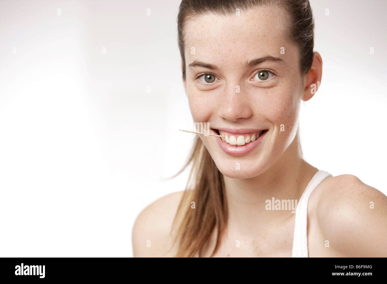 Teenager Haarschnitt Teenage Girl Woman Holding A Toothpick Between Her Teeth Stock