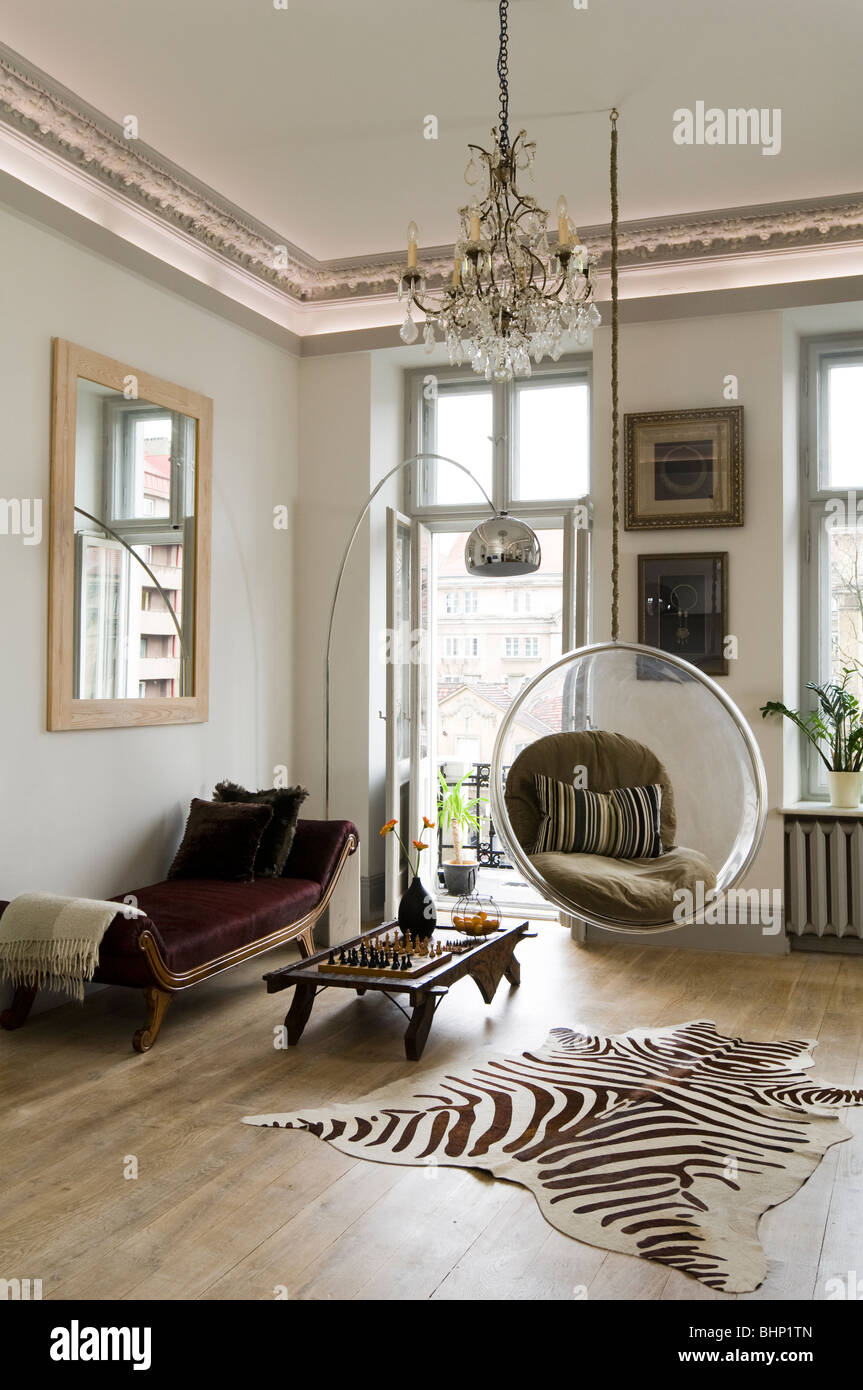 Teppich Leopard Eero Aarnio Bubble Chair In Living Room With Zebra Skin