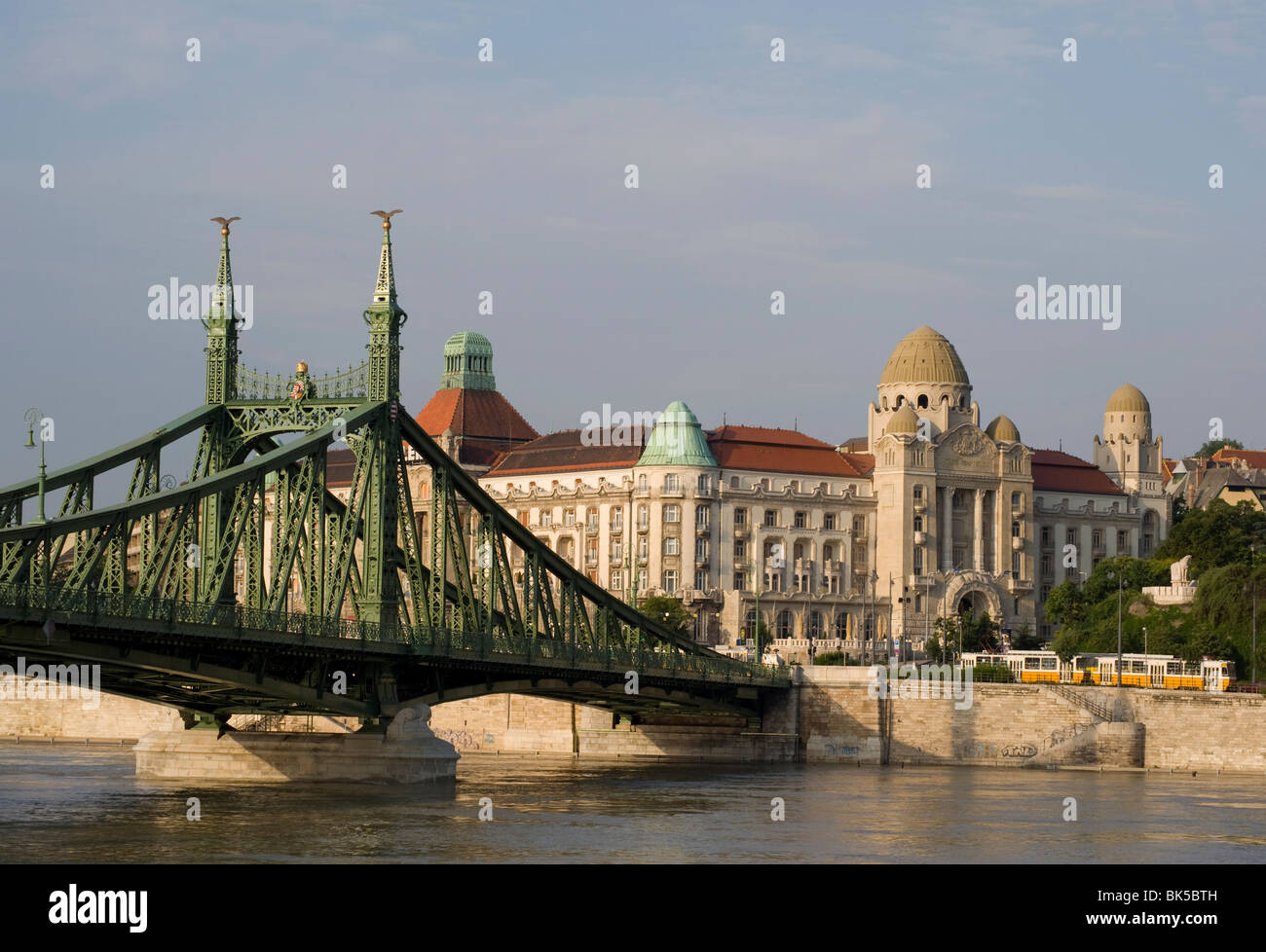 Baños Gellert Budapest Liberty Bridge And The Gellert Hotel On The Danube River