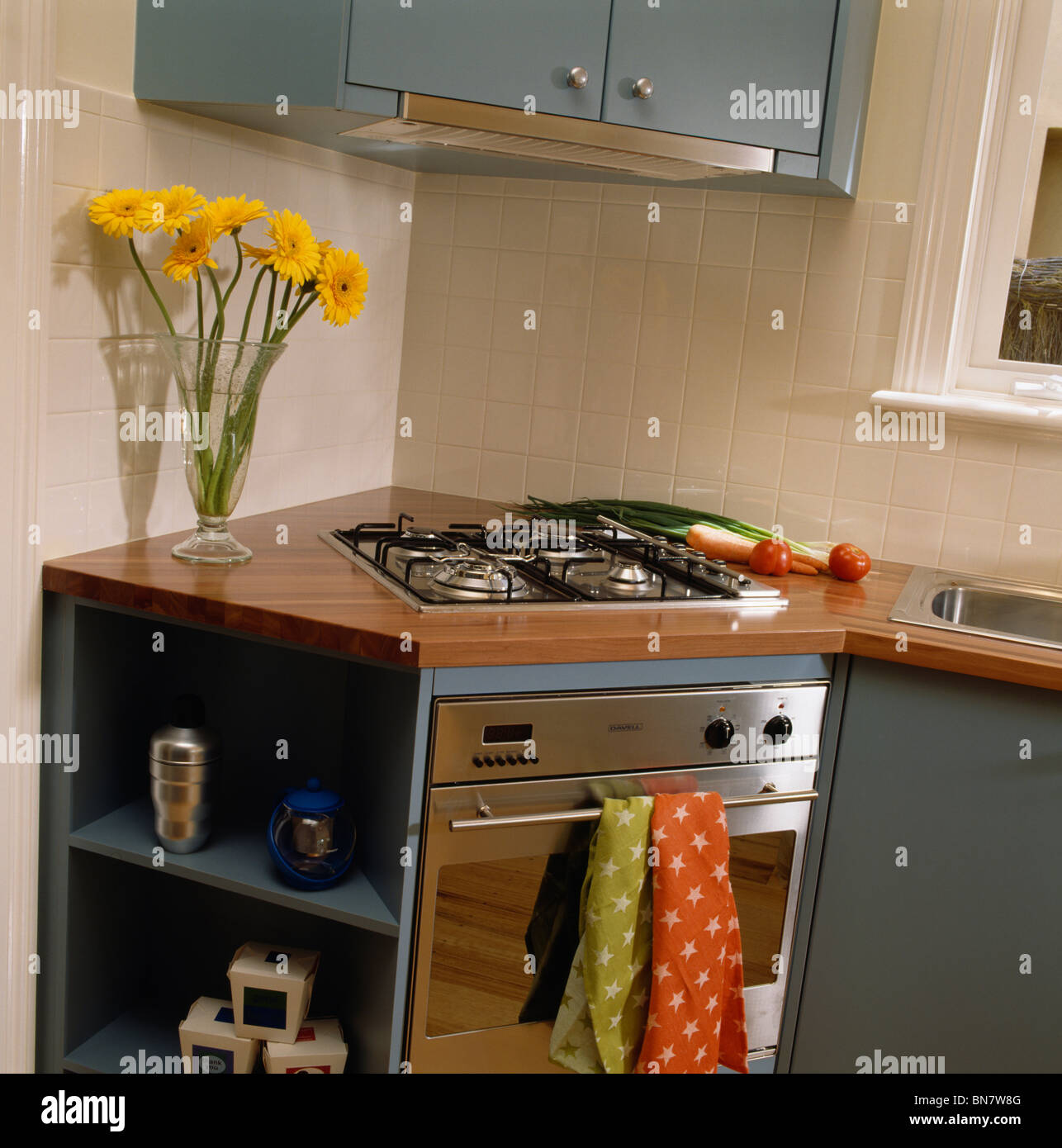 Eckunterschrank Küche 80x80 Hob And Oven In Fitted Corner Unit In Modern Kitchen Stock