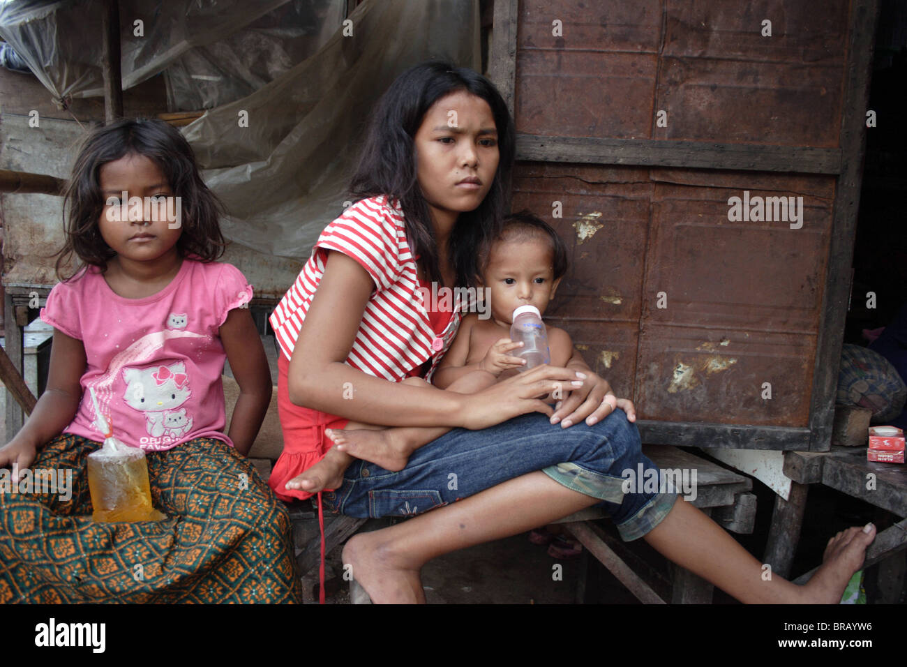 Küche Ficken A 14 Year Old Girl Sits With Her Siblings On The Porch Of
