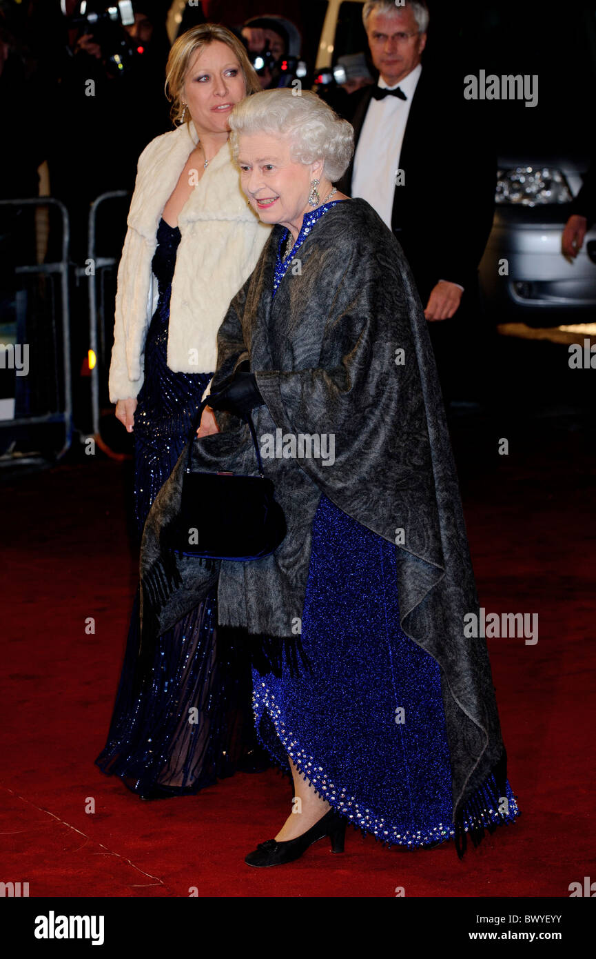 Garderobe Queen Elizabeth The Queen Attends Premiere Stock Photos The Queen Attends