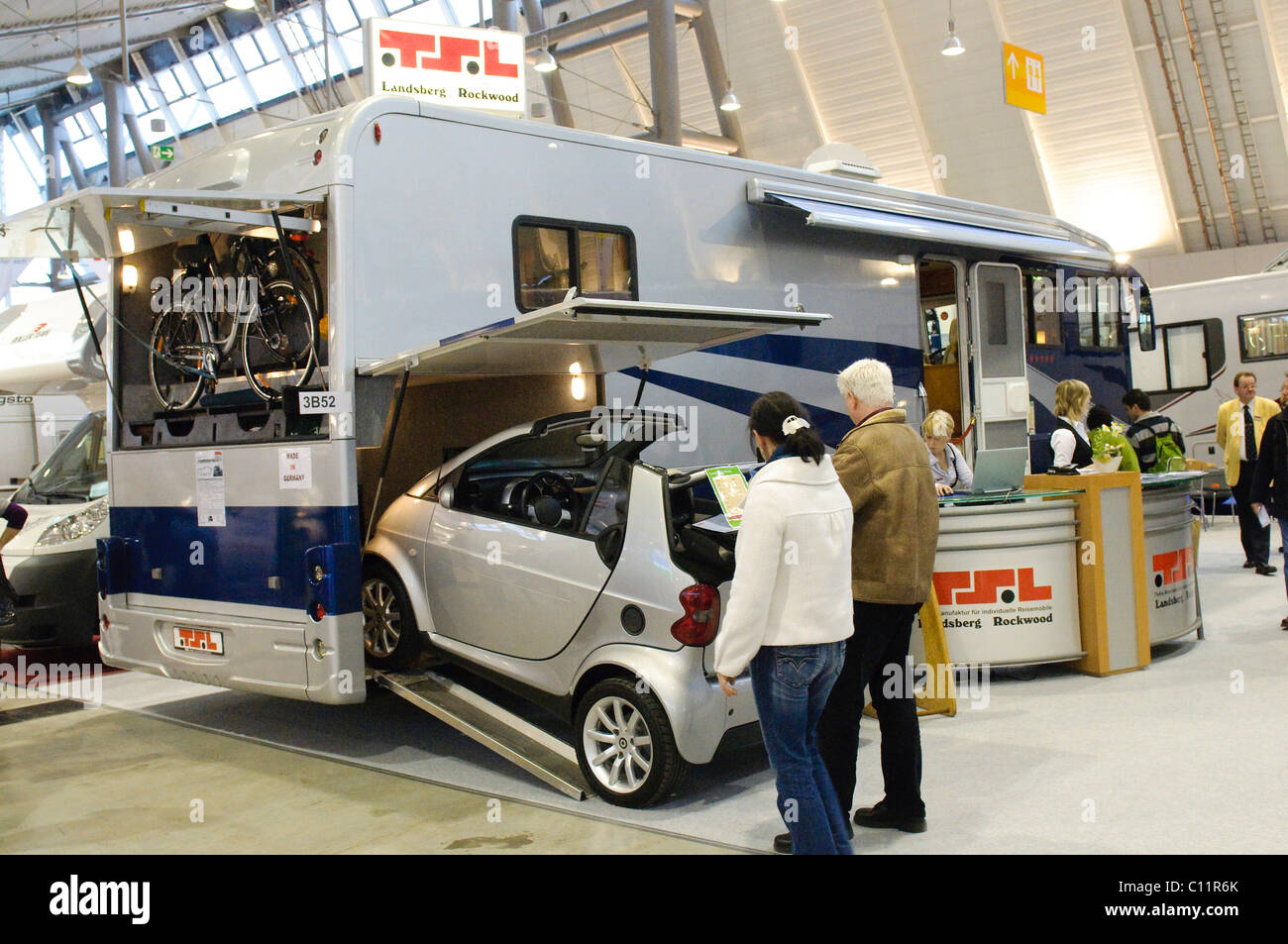 American Wohnzimmer Giant Luxury Motor Home By Tsl A Smart Car Can Park