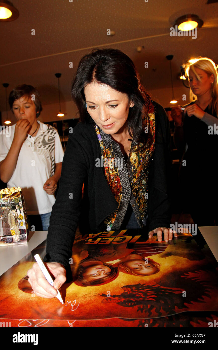 Dettelbach Cineworld Iris Berben Signing A Poster Whilst Promoting Her New Movie Tiger