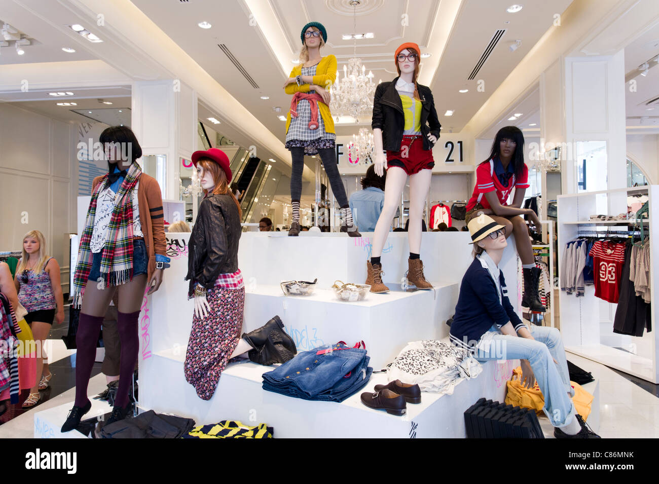 Store En Stock Mannequins At Forever 21 Clothes Store London England Uk Stock