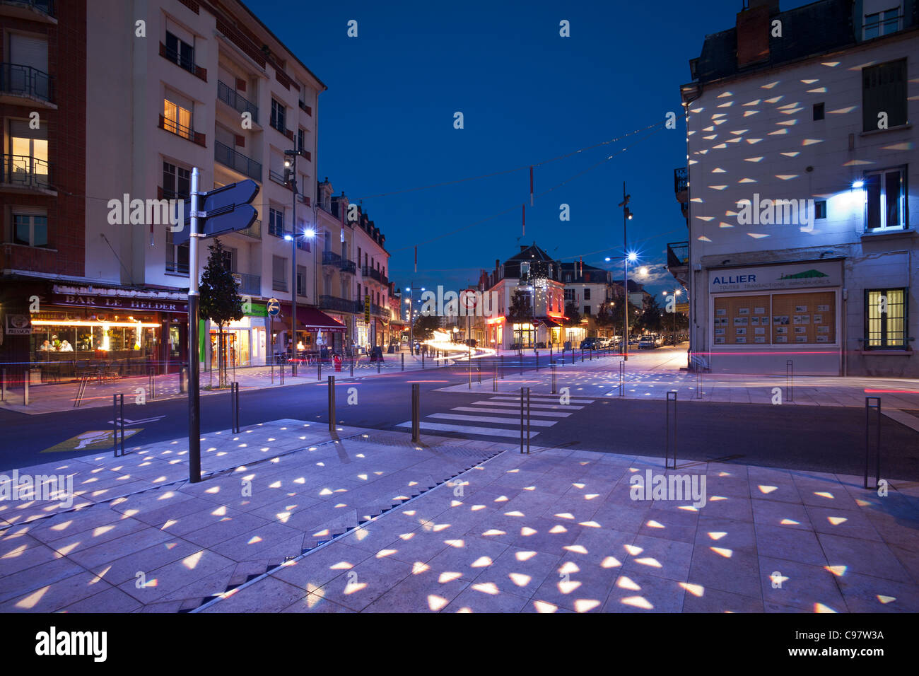 Lampadaire Exterieur Mobile In Vichy, The Street Of Paris At Night (allier - France