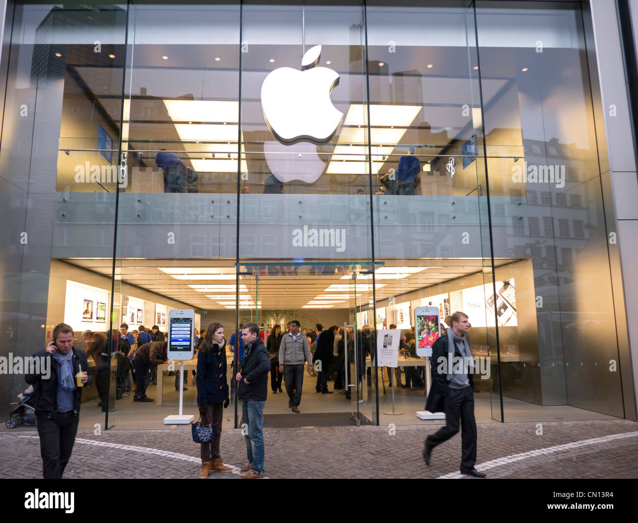 Store En Stock Apple Store In Frankfurt Germany Stock Photo 47353464 Alamy