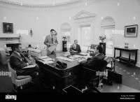 President Nixon meets with chief advisers in the Oval ...