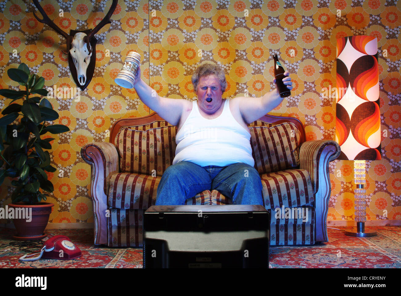 Alter Mann Im Sessel Fat Man Sitting On Couch And Watching Television Stock