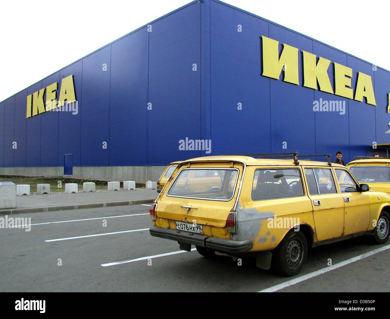 Ikea Front Dpa) - A Car Parks In Front Of The Swedish Home Furnisher Ikea In Stock Photo - Alamy