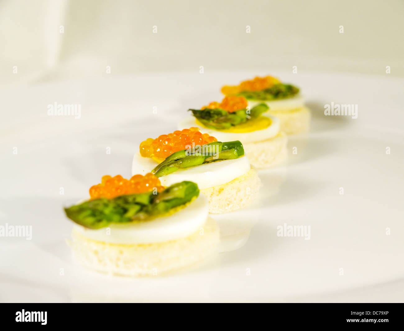 Kaviar Essen Essen Canape Mit Kaviar Spargel Ei Stock Photo 59168446 Alamy