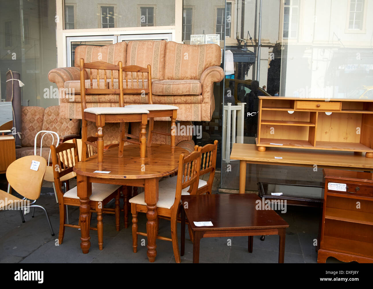 Sofa Sales In Glasgow Used Second Hand Furniture On Sale On A Uk High Street Stock Photo
