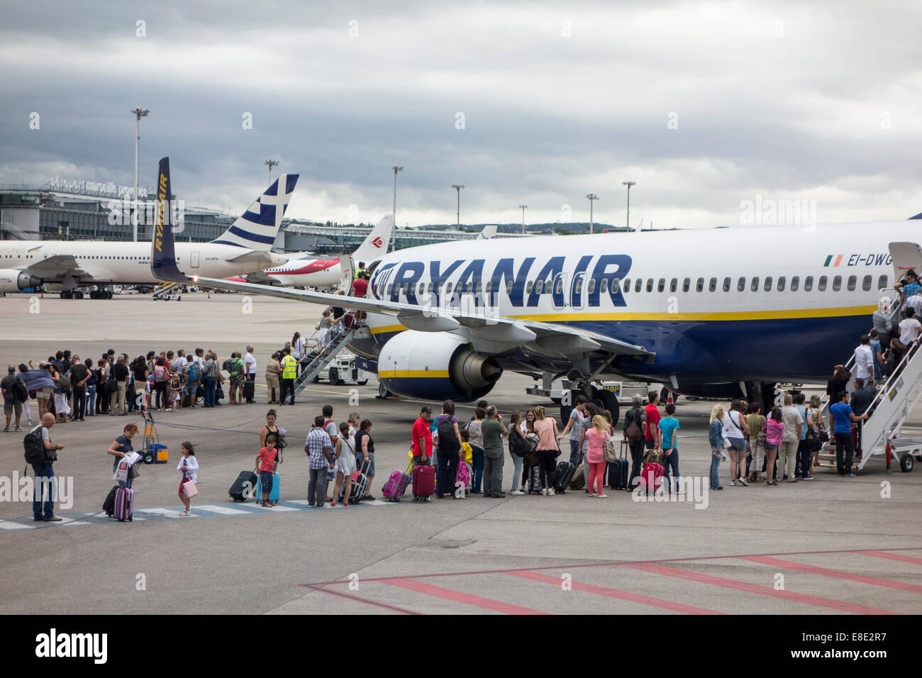 Berlin Schönefeld Ryanair Gate Passengers Boarding Plane And Airport Stock Photos