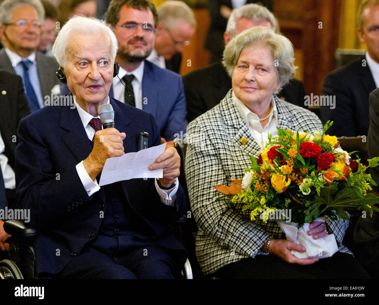 Juan Amador Hochzeit Next To That Of His Former Wife Stock Photos Next To That Of His