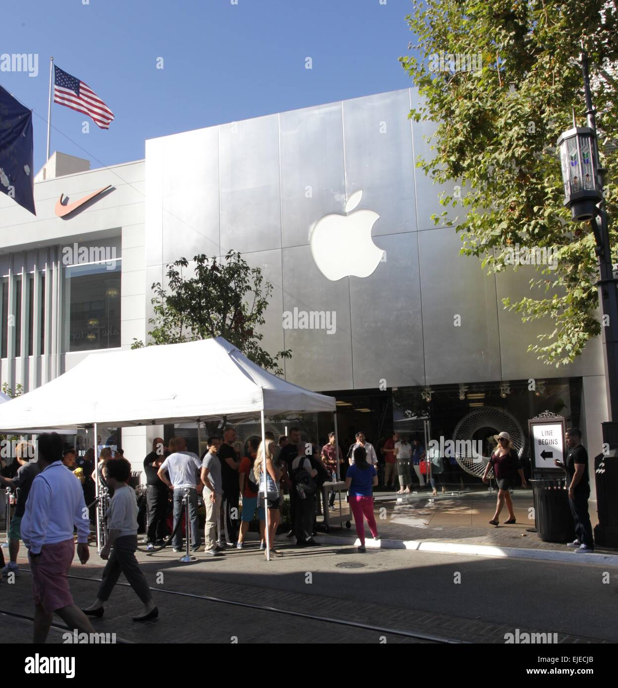 App Store Sindelfingen Iphone 6 Fans Wait In Line At The Grove Near The Apple Store In