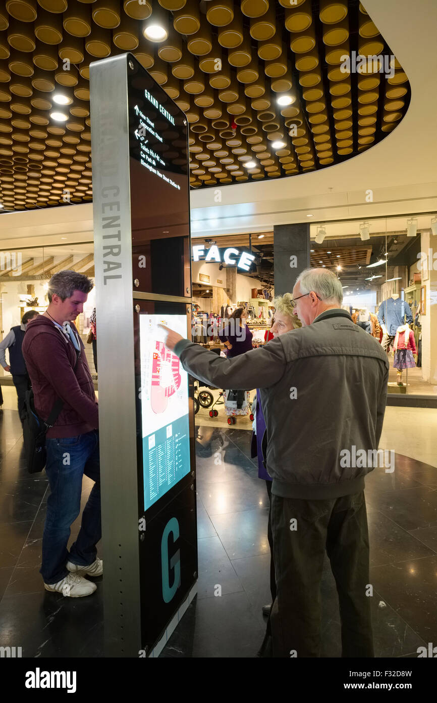 Store Finder C8 Alamy Comp F32d8w Visitors Looking At A Sto