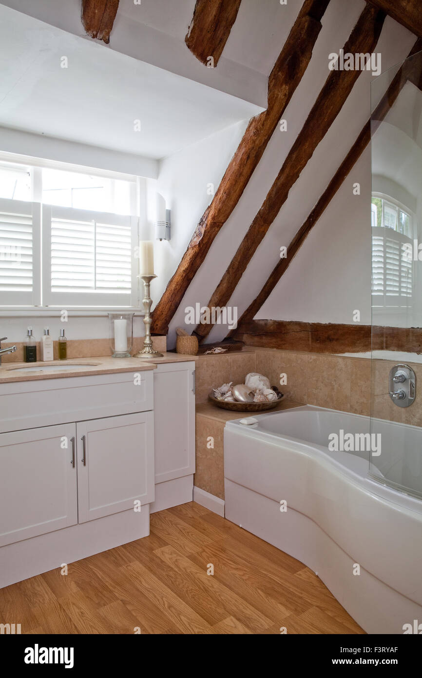 Kücheninsel Oval Bathroom With Exposed Wooden Beams Stock Photo 88422167 Alamy