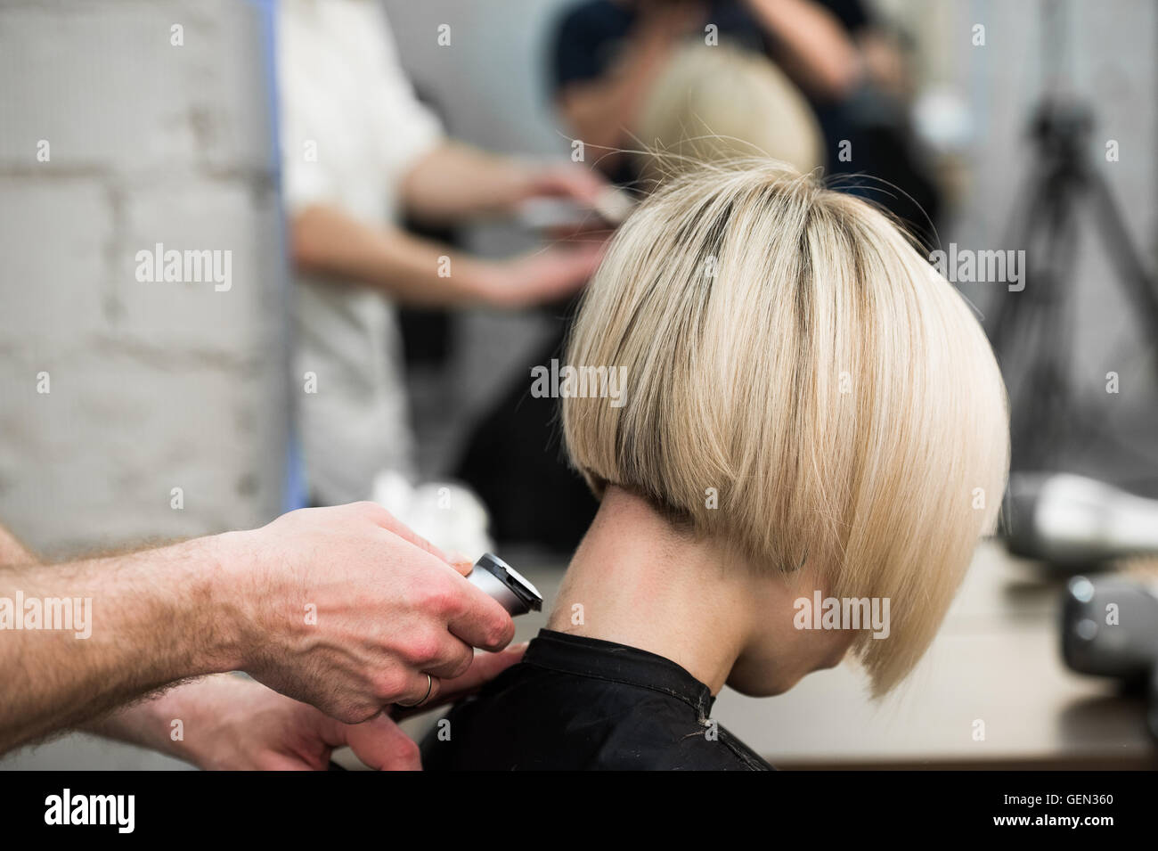 Salon Cut In Hairdresser Cutting Client 39s Hair In Salon With Electric