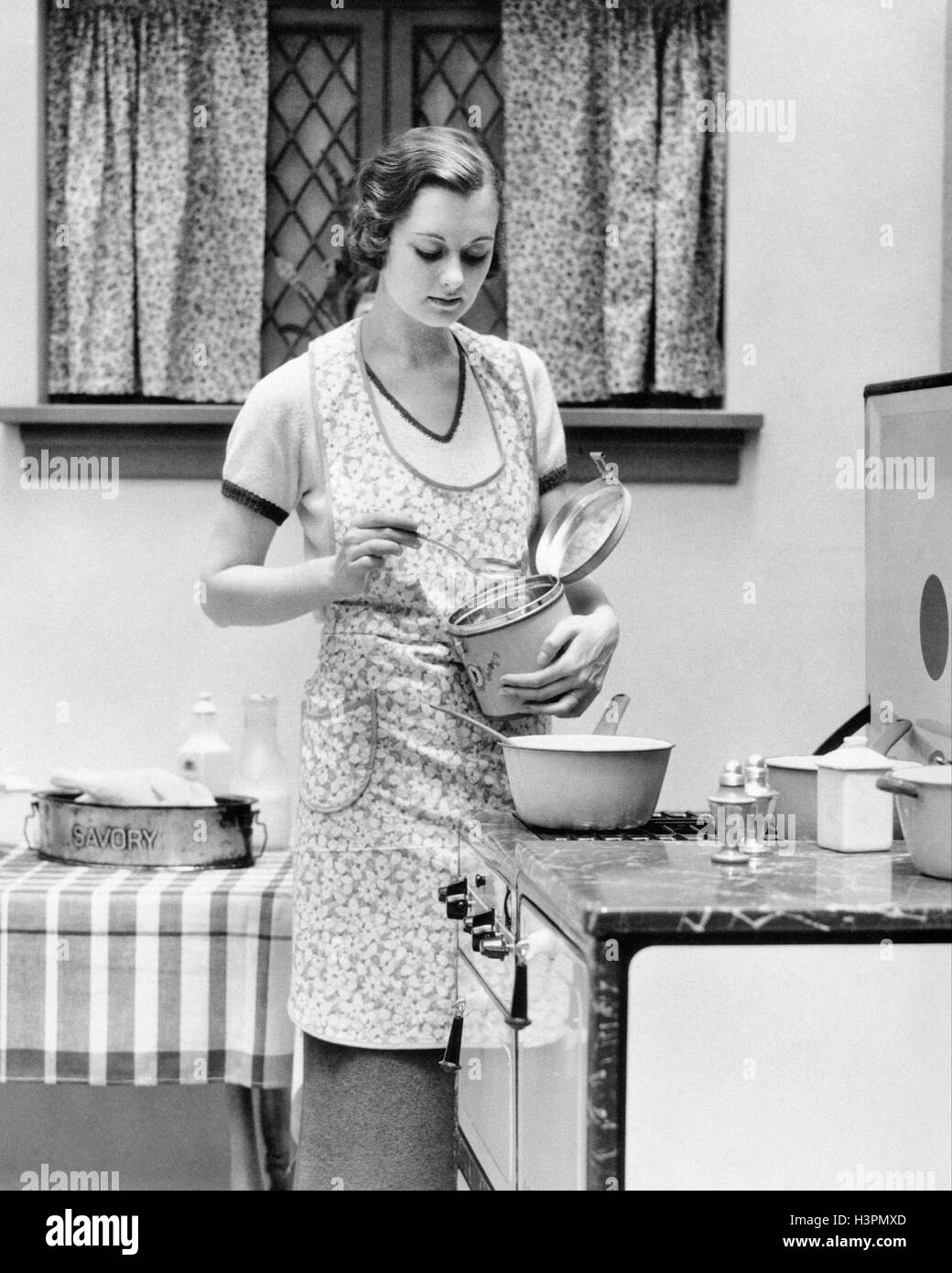 Vintage Schürze Küche 1920s 1930s Woman In Kitchen Working Cooking On Stove