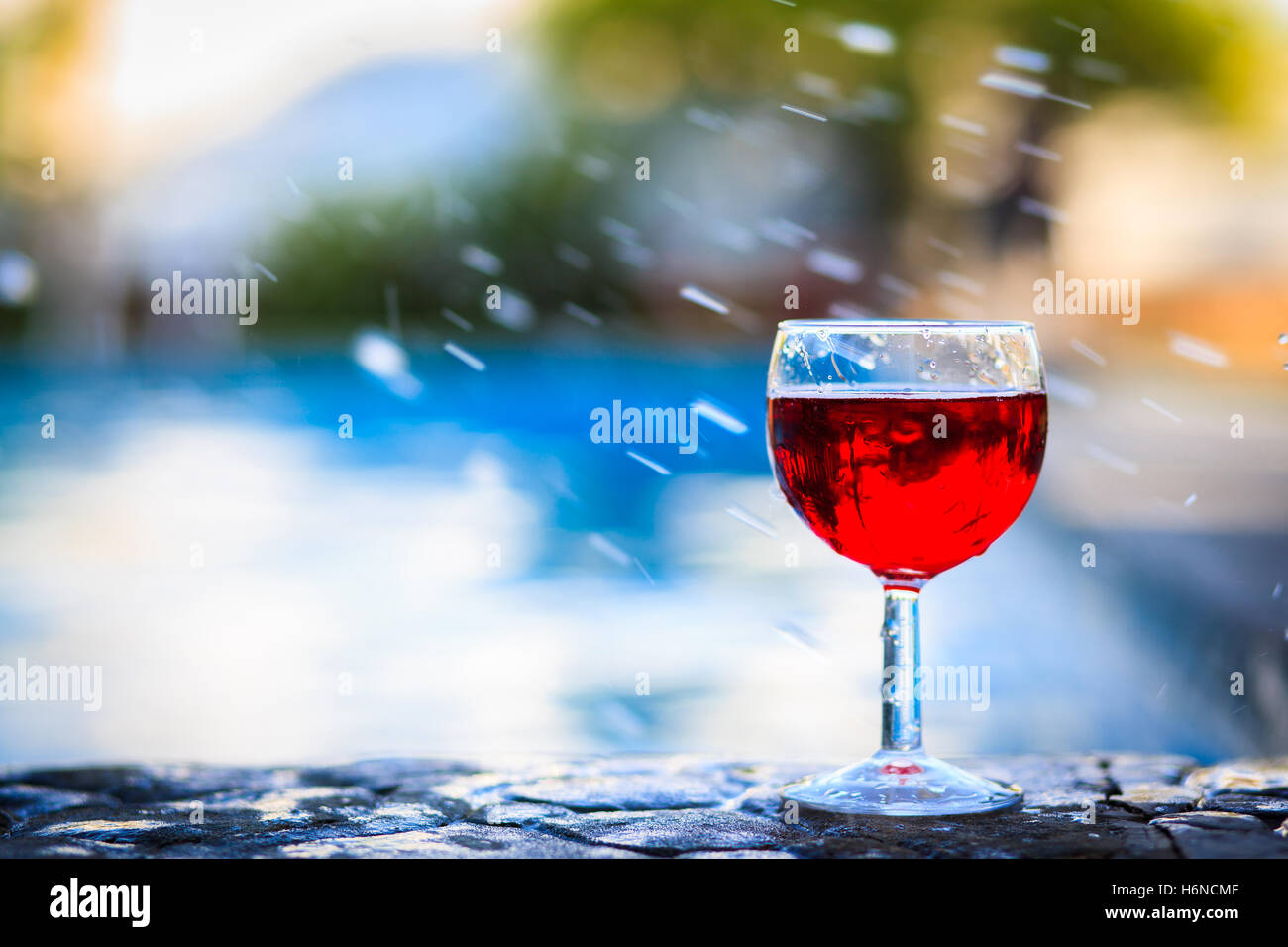 Glas Pool Glass Of Red Wine On The Edge Of The Swimming Pool Stock Photo