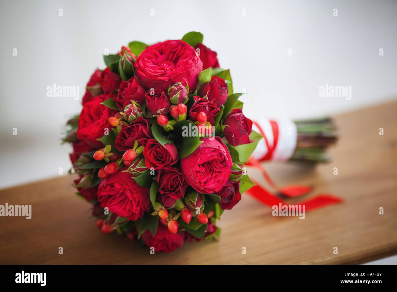 Hochzeitsstrauß Weinrot Wedding Bridal Bouquet Of Big Red Roses Stock Photo 126170239 Alamy