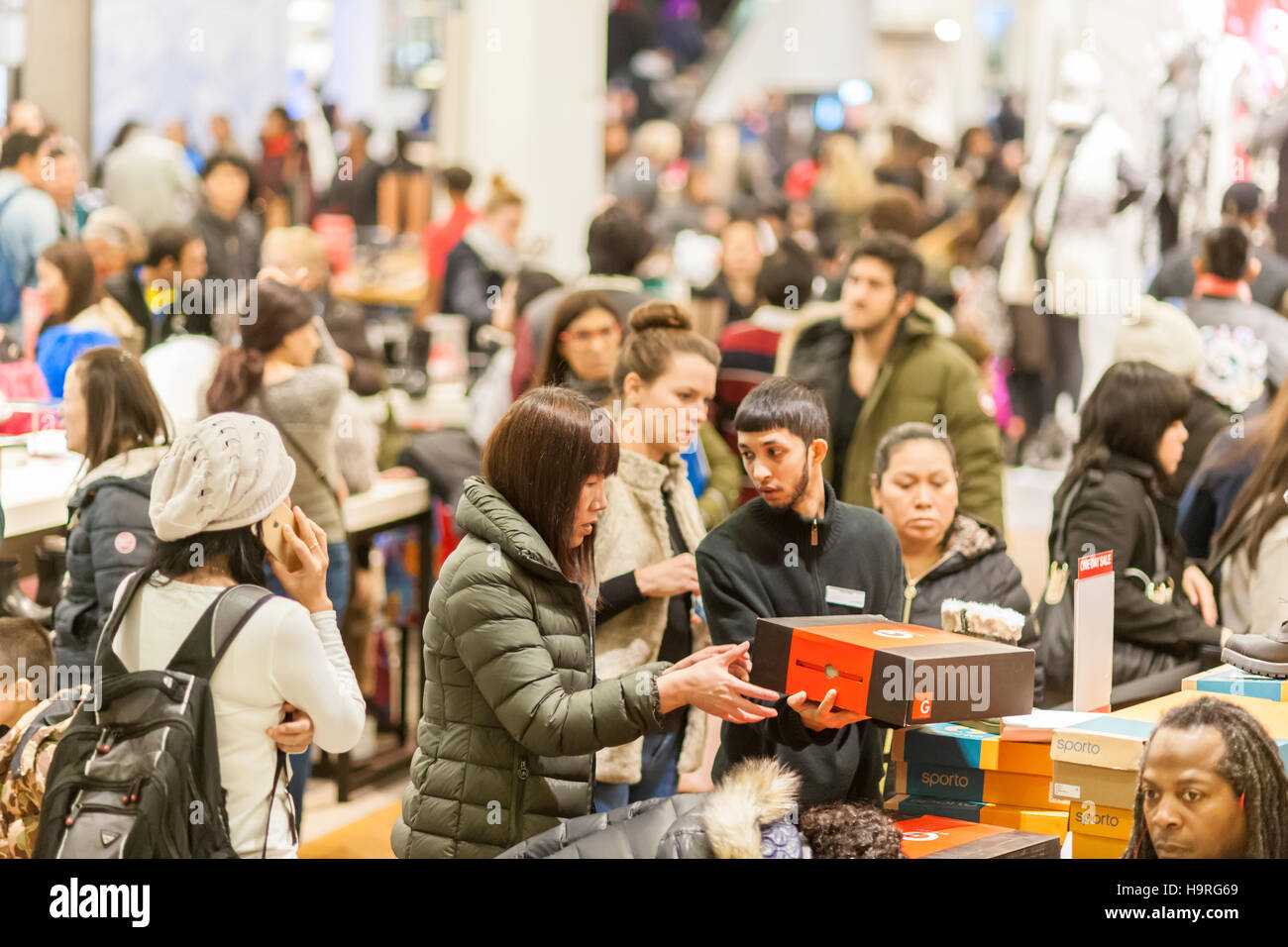 Black Friday 2016 Usa New York Usa 25th November 2016 Shoppers In The Enormous Shoe
