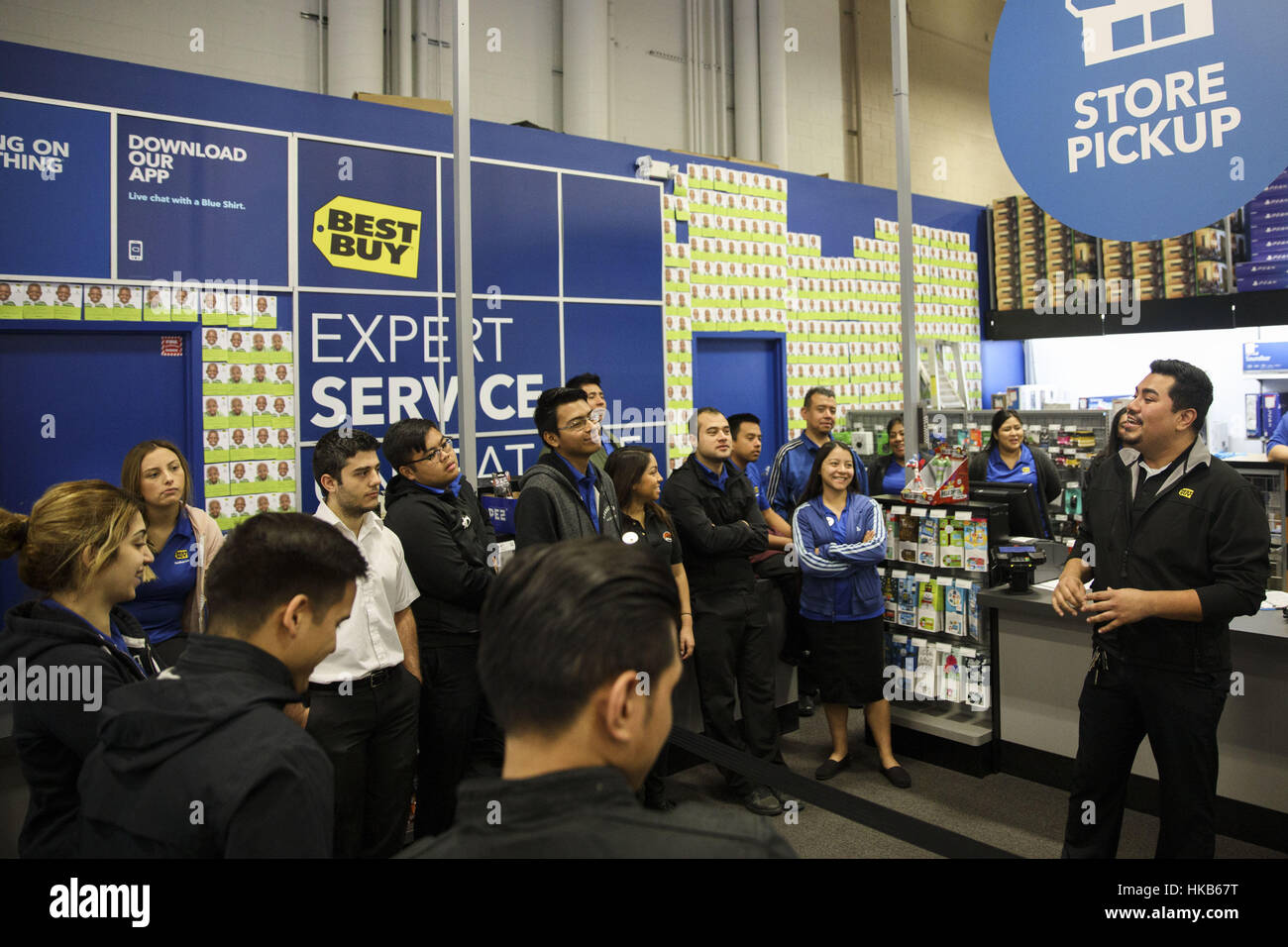 Black Friday 2016 Usa Los Angeles Ca Usa 19th Nov 2016 A Manager Talks To Employees