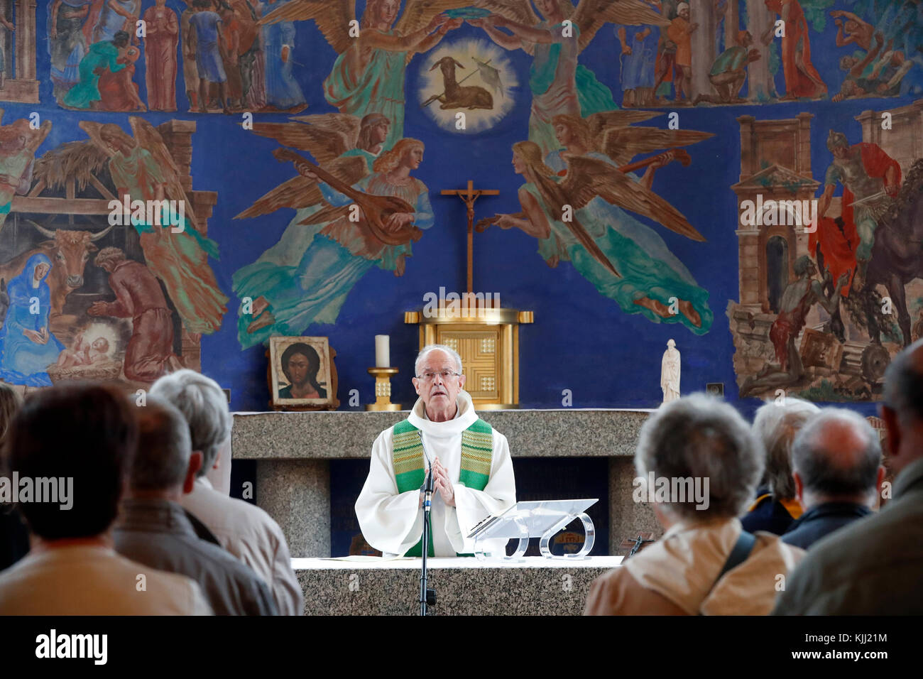 Canapé Italien St Priest Catholic Mass Stock Photos And Catholic Mass Stock Images