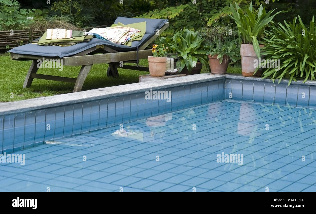 Garten Swimmingpool Swimmingpool Im Garten Swimming Pool In Garden Stock Photo
