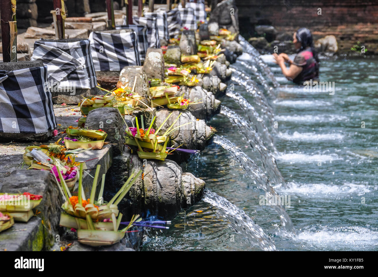 Bagno Purificatore Balinese Woman Taking Purifying Bath In The Tirta Empul Temple In