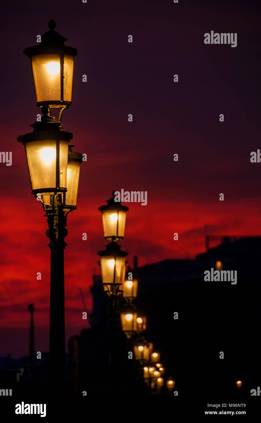 Strassenlaterne Romantisch Old Traditional Venice Street Lamps At Sunset In A Romantic