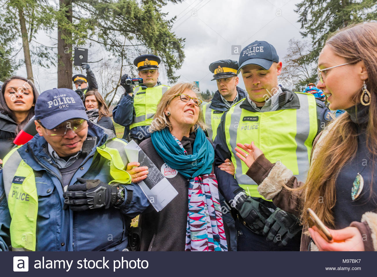 Kinderessen Party Canadian Green Party Leader Mp Elizabeth May Gets Arrested At The