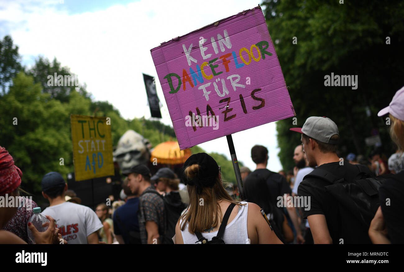 Alternative Küchentür 27 May 2018 Germany Berlin A Person Holds Up A Sign Reading No