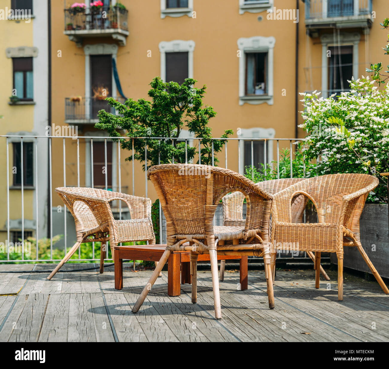 Holztisch Outdoor Wooden Deck Table On Green Background Stock Photos