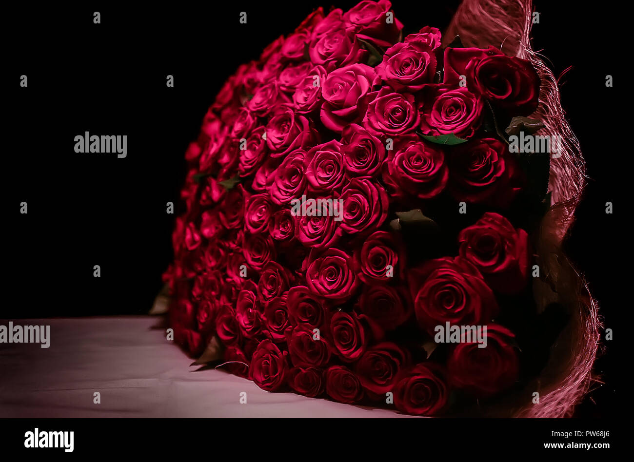 Image De Rose Big Bouquet Of Red Roses On A Dark Background Stock Photo
