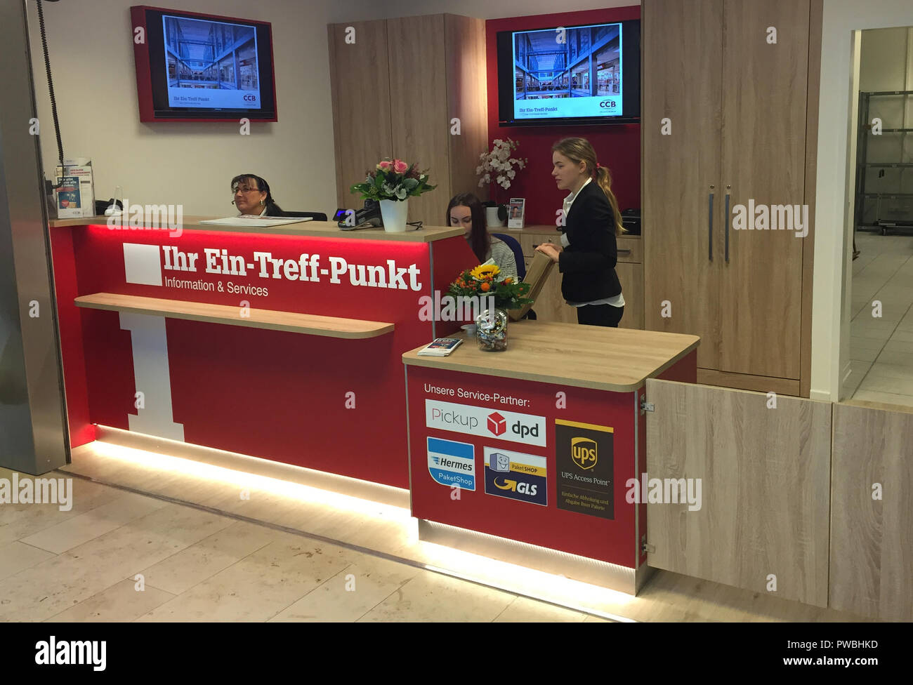 Badewannendoktor Hamburg Bergedorf 15 October 2018 Hamburg Employees Stand At The Counter Of The