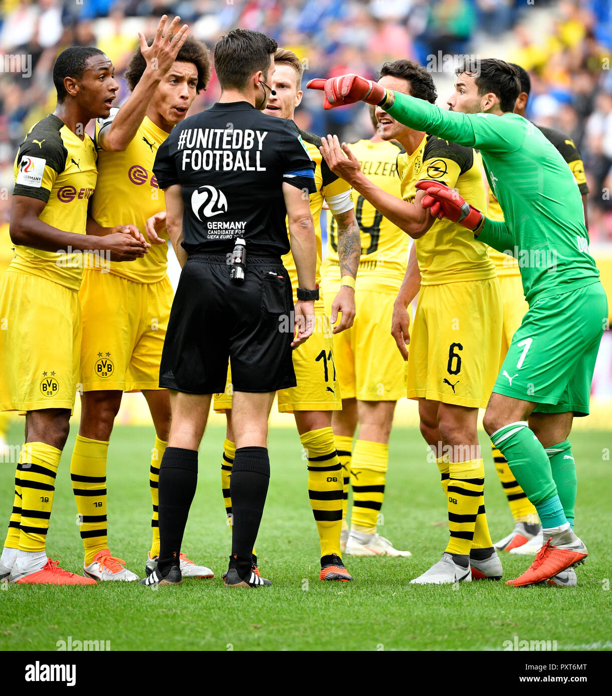 09 Borussia Dortmund Referee Referee Harm Osmers Discusses With Players Borussia
