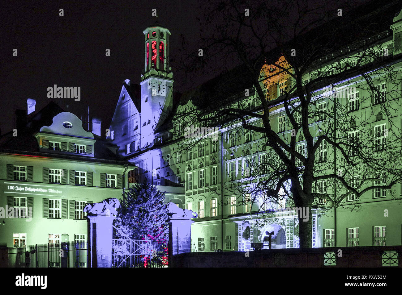Beleuchtetes Bild Farbig Beleuchtetes Polizeipräsidium In München, Löwengrube, Colored Lighted Police Headquarters In Munich At Night, Germany, Bavaria, Munich, Police Stock Photo - Alamy