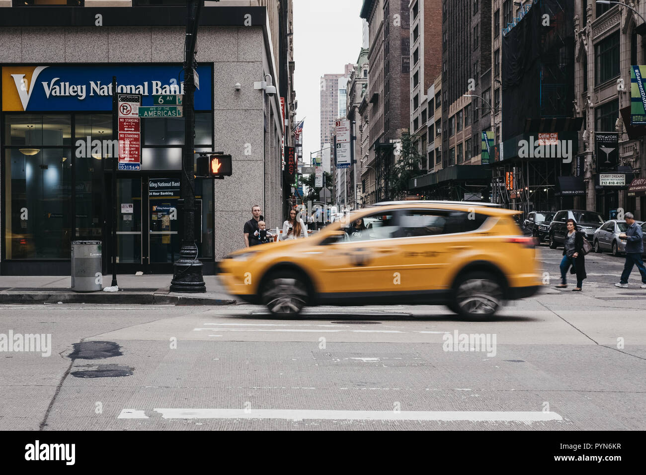 Drap New York New York Usa May 28 2018 Yellow Taxi On The Street In New