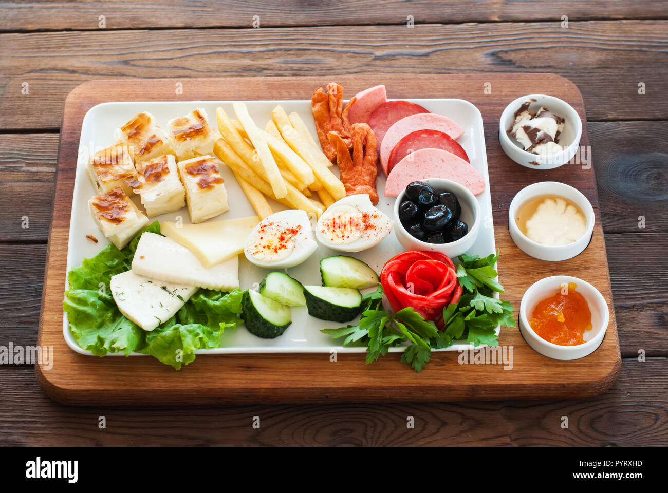 Mediterrane Küche An Bord Mediterranean Snacks Set On A Wooden Board Olives Feta Cheese