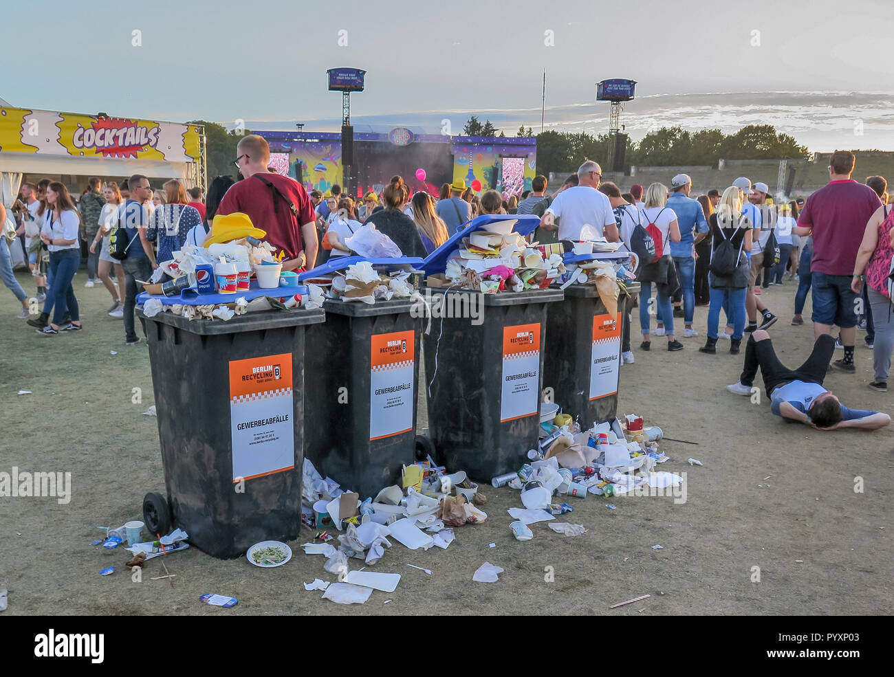 Rattan Muelleimer Garbage Tonnes Stock Photos Garbage Tonnes Stock Images Alamy
