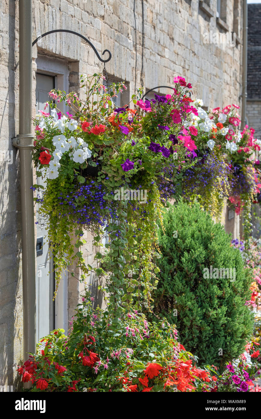 Hanging Basket Bepflanzen Hanging Planters Of Flowers Stock Photos Hanging Planters