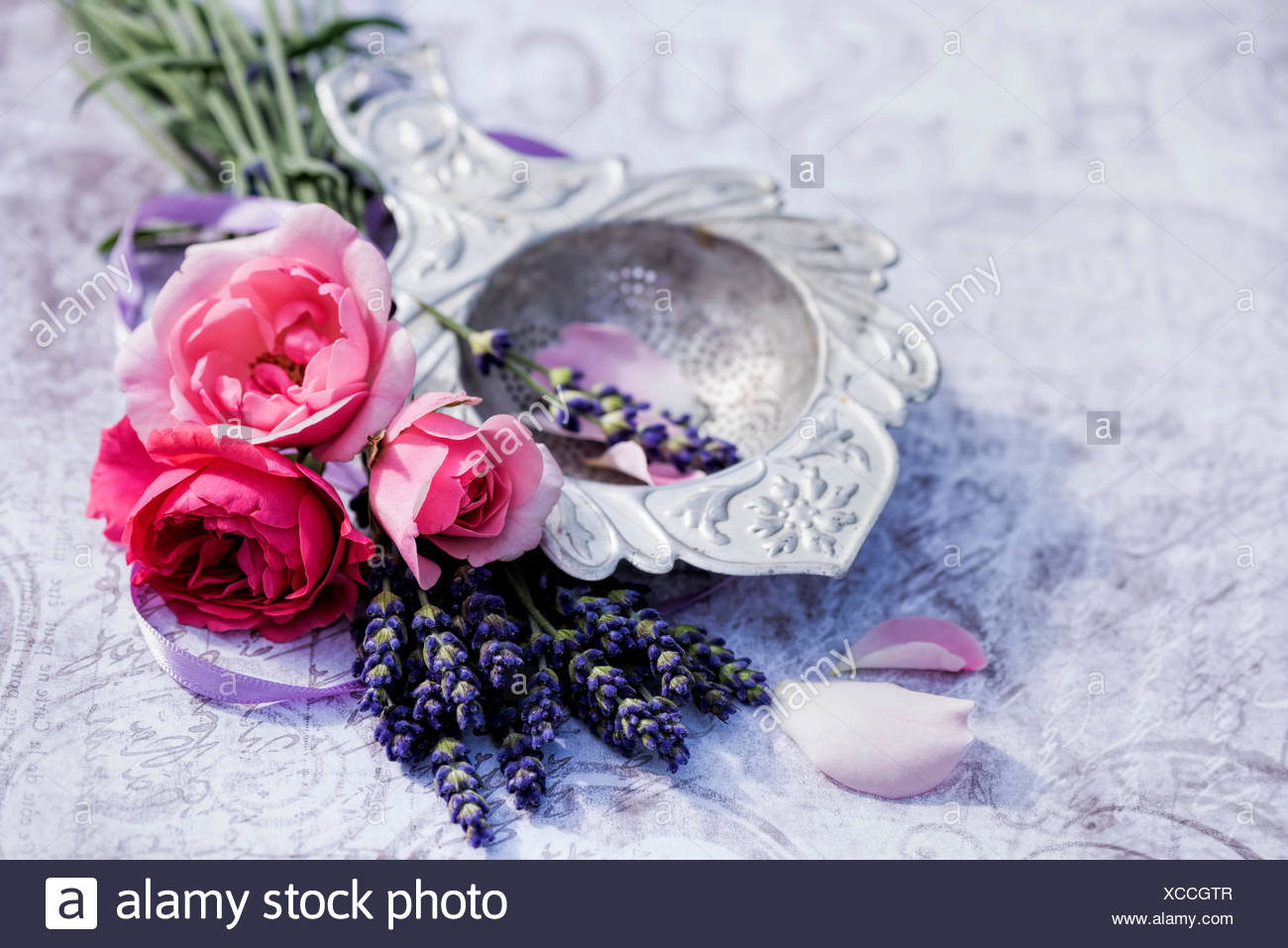 Decoration Florale Florale Decoration Old Silver Tea Strainer With Lavender And Pink