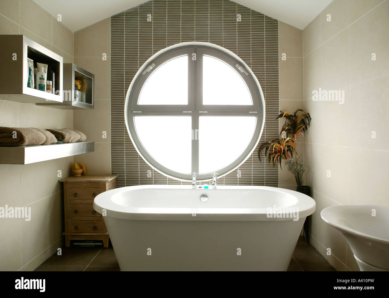 Wie Fliest Man Ein Modernes Bad Kreisfenster Stockfotos Kreisfenster Bilder Alamy