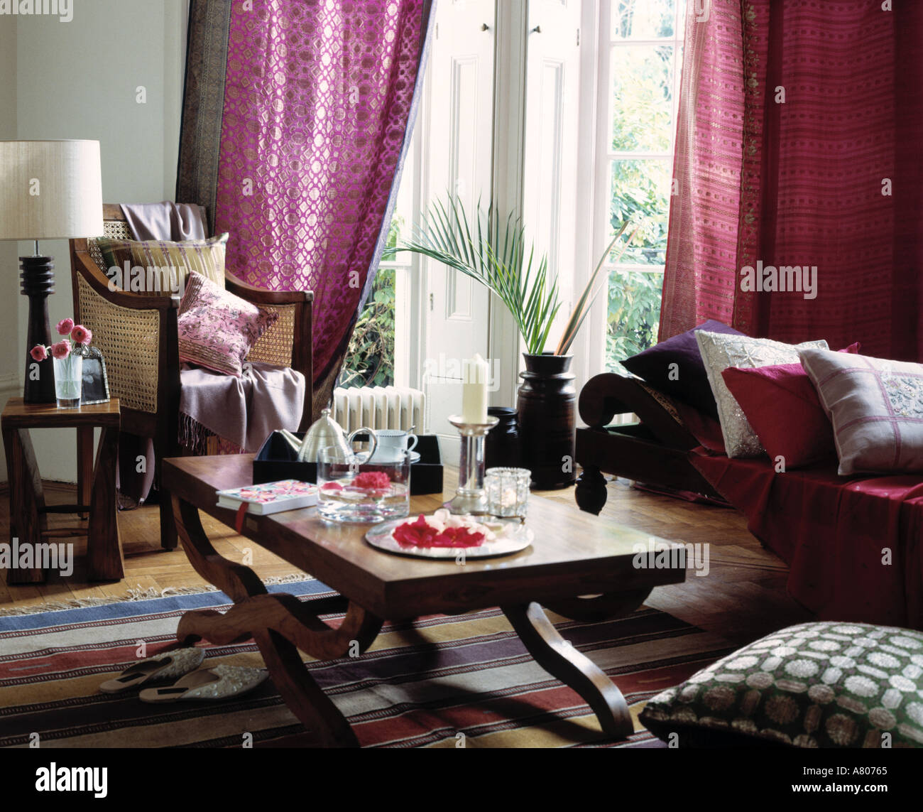 Lila Gardinen Mauve Curtains Stockfotos Mauve Curtains Bilder Alamy