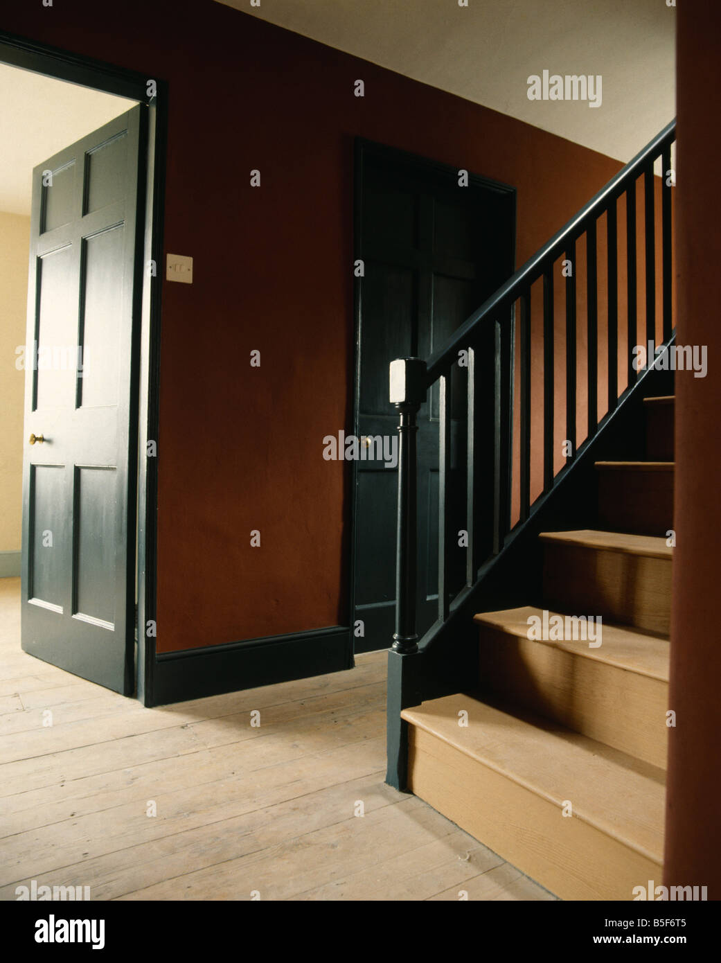 Holztreppe Dunkel Lackieren Interiors Stairs Staircases Traditional Stockfotos Interiors