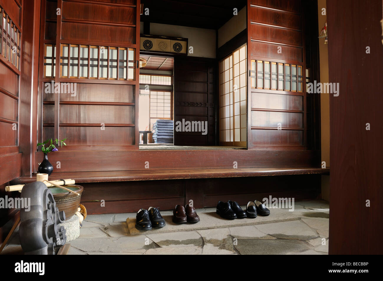 Traditionelles Haus In Japan Kaufen Traditionelles Haus Schuhe In Der Eingang Halle Kyoto Japan
