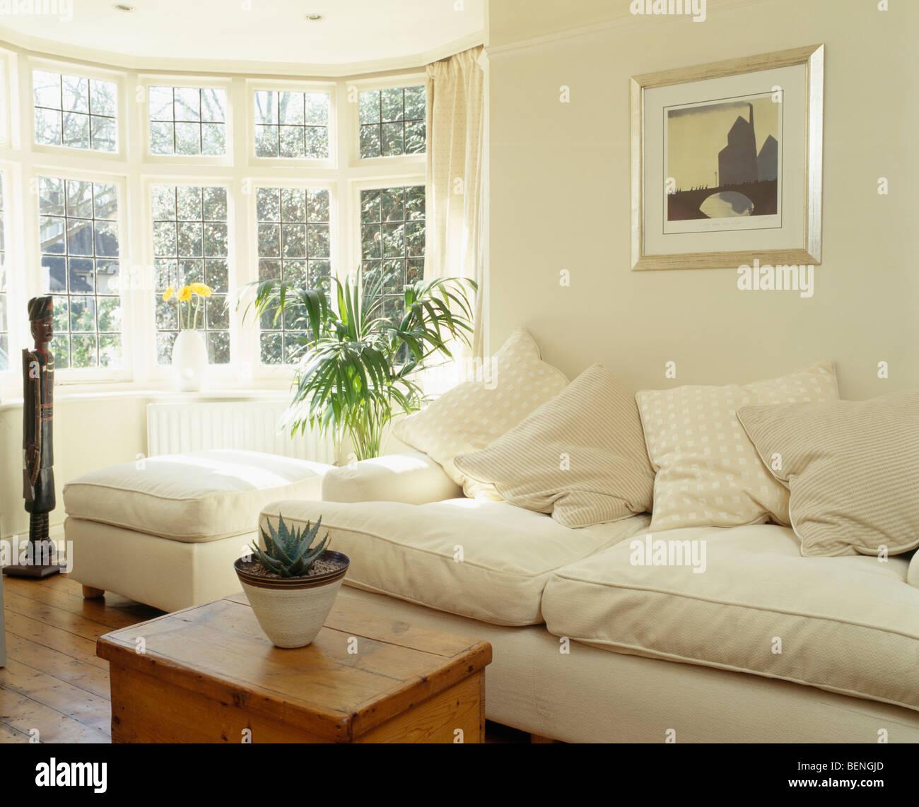 sahne sofa und kiefer box im sonnigen creme land wohnzimmer mit