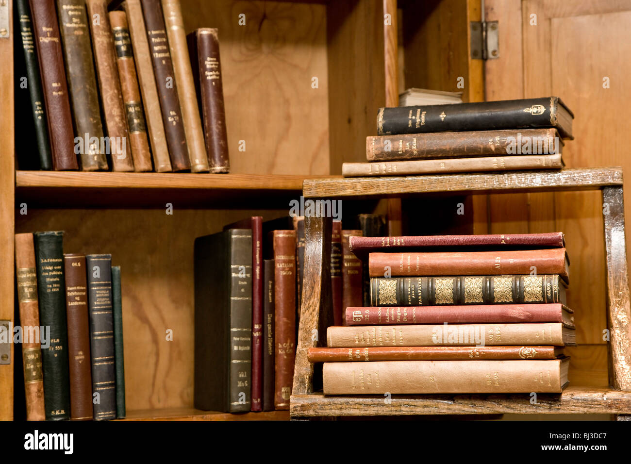 Altes Bücherregal Alte Bücher In Einem Regal Stockfoto Bild 28350567 Alamy